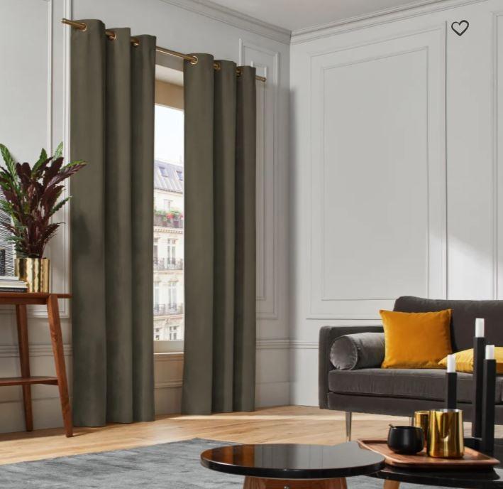 Création d'une ambiance naturelle grâce à des rideaux kaki.